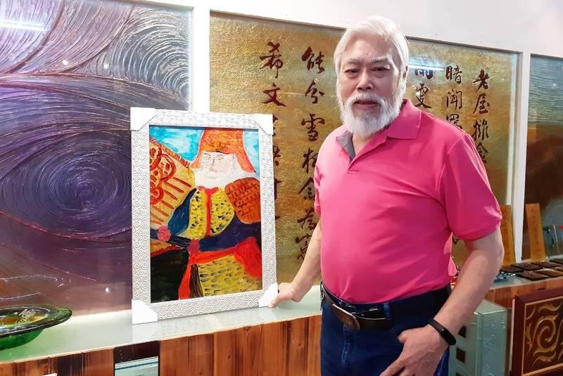 好事聯播網副董孫國祥去年才開始學習琉璃畫,迄今創作逾百幅,明年更要前進高市文化中心開個展。(圖/孫國祥提供)