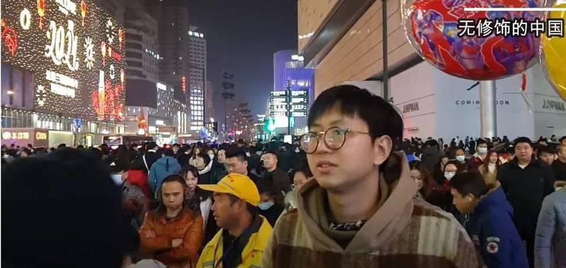 可见到大批没戴口罩,或口罩只戴一半的民众,彷彿视疫情于无物。(撷取自无修饰的中国YouTube)(photo:LTN)