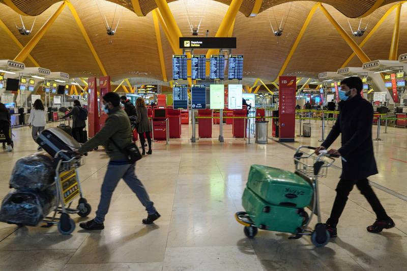 西班牙政府今天宣布境內出現4例武漢肺炎變種病毒。圖為馬德里巴拉哈斯機場。(彭博)