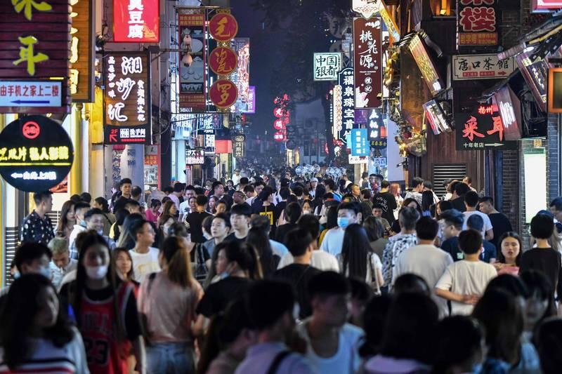 中國武漢肺炎(新型冠狀病毒病,COVID-19)有復燃趨勢,多地再傳本土案例,部分區域更宣布進入「戰時狀態」。不過,不少人警覺心仍舊不足,根據中國民眾上傳影片,耶誕節當天,長沙就有上萬人走上街頭。長沙街景示意圖。(法新社資料照)