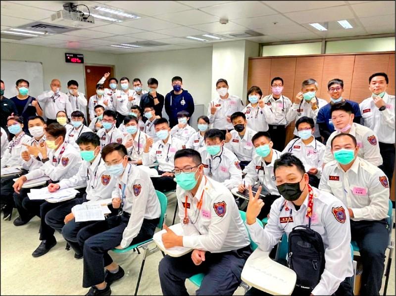 宜花東28名受訓學員日前全數通過台灣急診醫學會測驗。(花蓮縣消防局提供)