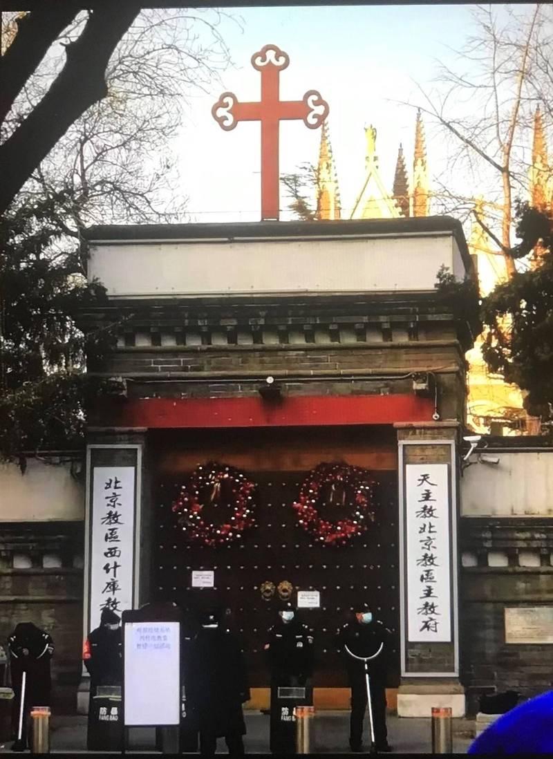 北京西什库教堂在平安夜遭强行关闭,一群身穿黑衣的保安人员手持古代长形冷兵器,封住教堂大门,阻挡信众进入教堂祈祷。(取自蔡霞推特)(photo:LTN)