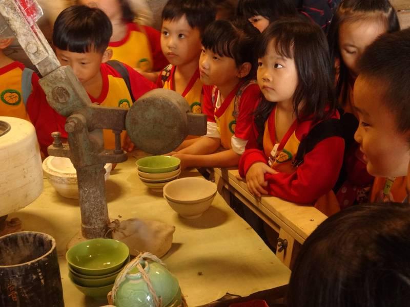 小朋友們到鶯歌老街踏查,了解鶯歌的陶瓷歷史。(新北市教育局提供)