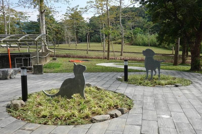 高雄市立寵物樹灑環保葬紀念園區動物鋼雕設計,有如一座清幽小公園。(高閔琳議員提供)
