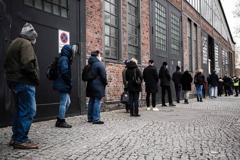 德國柏林民眾今天排隊接種武漢肺炎疫苗,該國巴伐利亞邦今天也傳出疫苗冷鏈有問題,暫停疫苗接種。(歐新社)