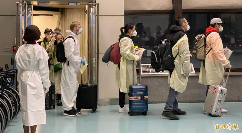 華航班機今傍晚自英國飛抵桃園機場,交通部長林佳龍表示,將審慎防疫,讓旅客安心回家。(記者劉信德攝)