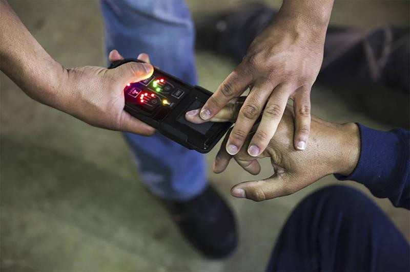 來自孟加拉的薩克家族,所有男性成員罹患罕見的「皮紋病」。圖為掃描指紋。(美聯社)
