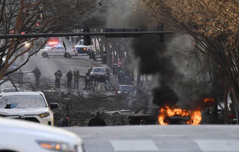 美国田纳西州纳什维尔市露营车爆炸案发现场,大火也波及路边其他停放车辆。(美联社)(photo:LTN)