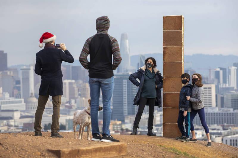 旧金山耶诞节期间出现巨型「姜饼柱」,吸引大批民众朝圣。(美联社)(photo:LTN)