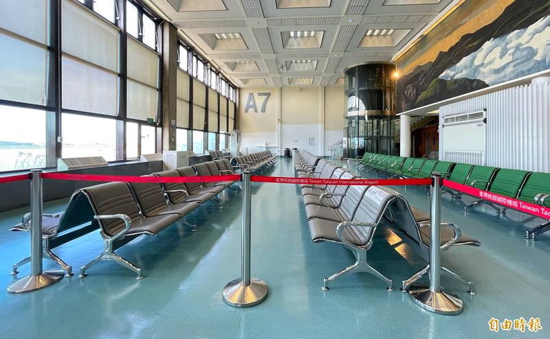 今天傍晚左右將有120名旅客搭機自英國返台,機場公司預定安排旅客先進入內候機室完成檢疫登報措施後,再由地勤及檢疫人員分批帶領,循著區隔一般旅客的路徑通關入境。(記者朱沛雄攝)