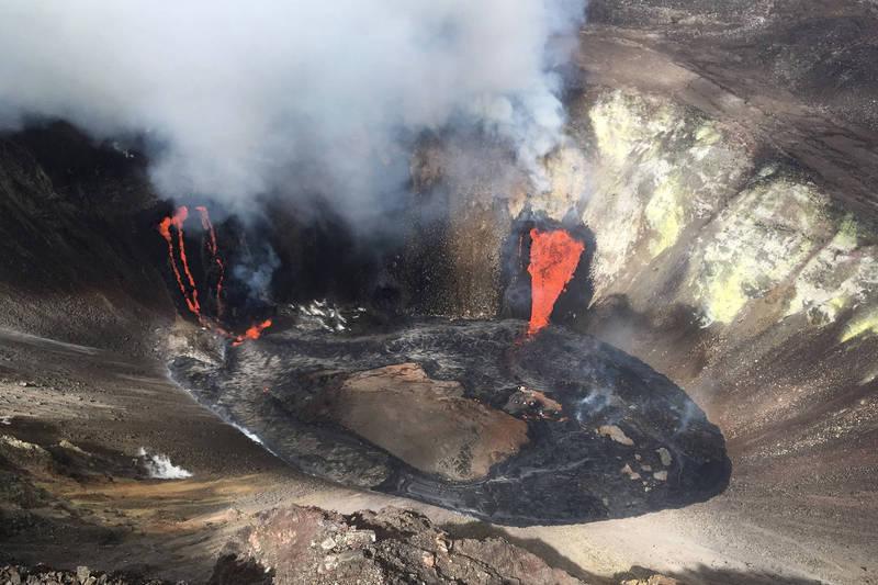 夏威夷几劳亚火山20日晚间喷发,随后旅客激增。夏威夷火山国家公园警告,擅闯管制的火山口,可能导致死伤事件。(美联社)(photo:LTN)