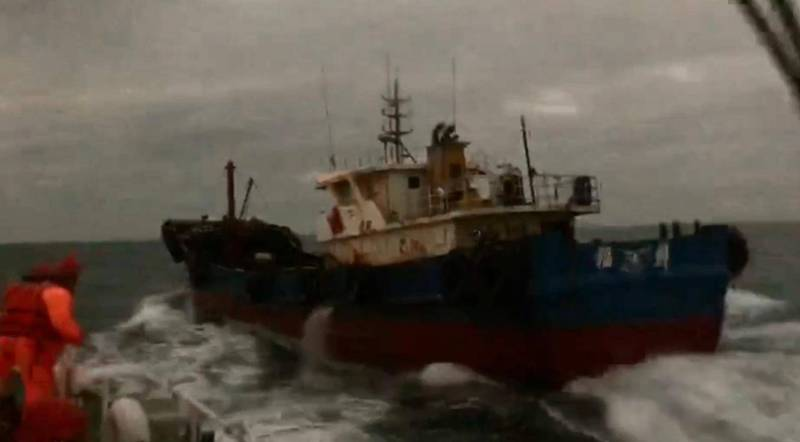澎湖海巡隊執行護永專案,在花嶼海域查扣無船名中國油料補給船。(澎湖海巡隊提供)