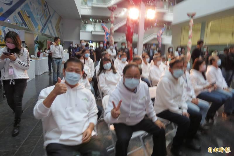 盧秀燕今天2年記者會,所有官員穿上白色潮T。(記者蘇金鳳攝)