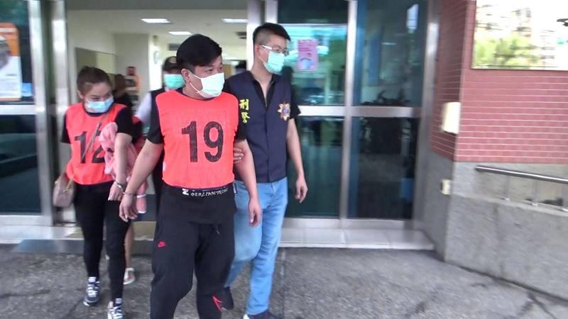 警方逮詐團主嫌35歲江男。(記者姚岳宏翻攝)
