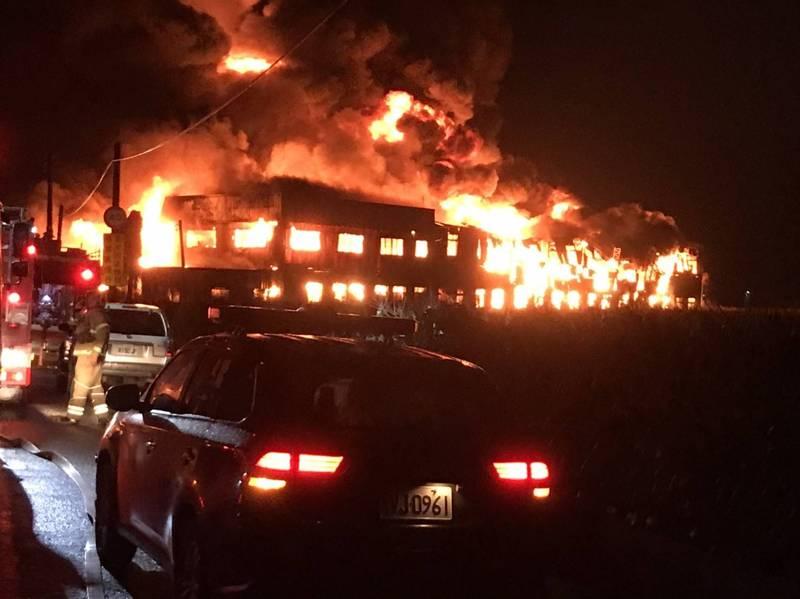 鹽水區1處廢棄棉花工廠昨晚傳火警,警義消歷經11小時終於完全撲滅火勢。(記者王涵平翻攝)