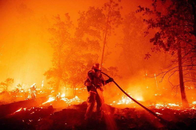 受到氣候變遷影響2020年全球天災不斷,根據最新報告,今年全球災損金額高達新台幣4.2兆元。圖為今年加州野火。(法新社資料照)