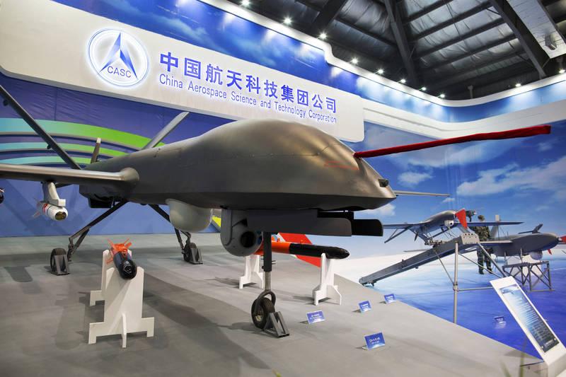 圖為中國航天科技集團公司在2014年於中國國際航空航天展覽會上展出「彩虹4型」無人機。(彭博)