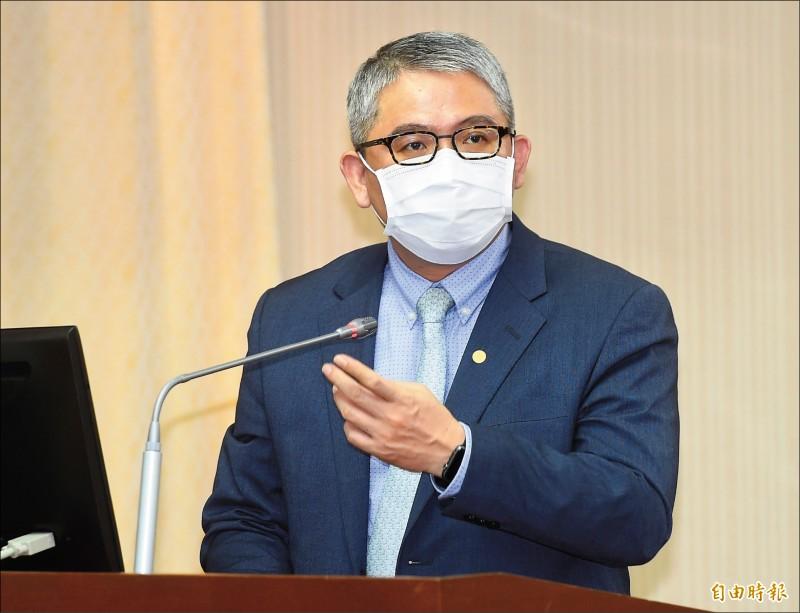 內政部政務次長花敬群昨在立法院詢答時表示,推動數位身分證是我國要走的路。(記者簡榮豐攝)