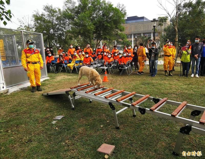 台南市新建置的搜救犬舍「入厝」,並進行授階。(記者吳俊鋒攝)