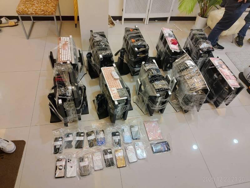 警方現場查扣的電腦、手機等贓證物。(記者姚岳宏翻攝)