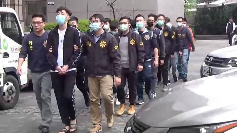 警方逮張男等13嫌。(記者姚岳宏翻攝)