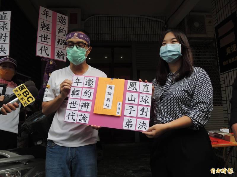 罷捷團體代表徐尚賢再次遞送辯論邀請,黃捷服務處主任代為收下。(記者王榮祥攝)