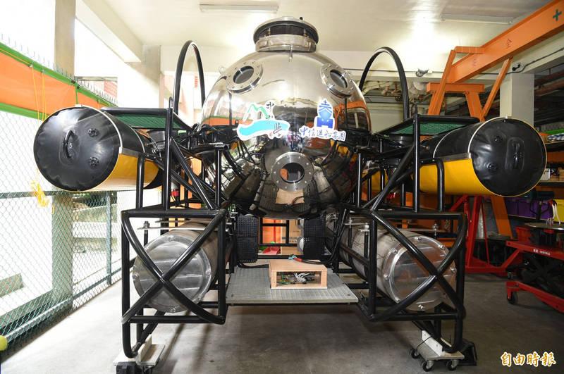 中山大學水下載具研發中心、國家實驗研究院研發的第一型雙載水下載具,已完成高雄港水下8米測試。(記者張忠義攝)