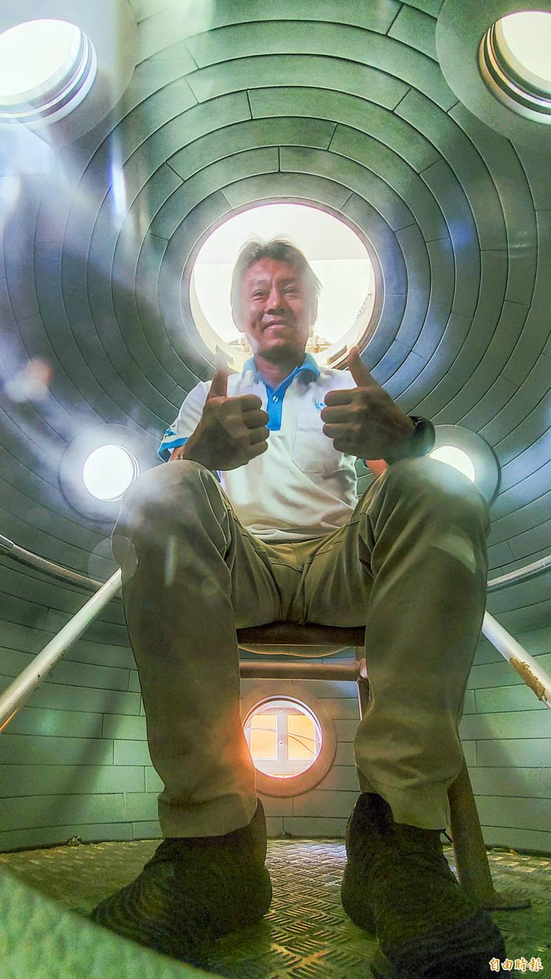 MIT 載人水下載具內裝。(記者張忠義攝)