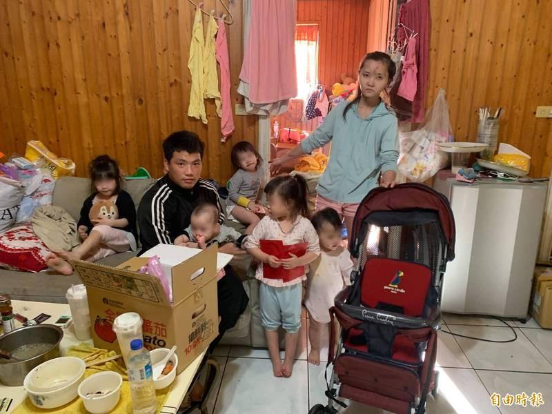 5子貧窮江爸爸上網賣嬰兒推車,新聞曝光後,愛心湧入,他也找到2份工,賺錢養家。(記者蔡淑媛攝)