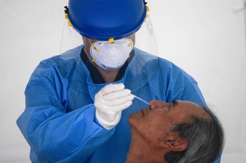 香港昨日再新新61例確診,其中19例感染源不明,而先前爆出嚴重院內感染的醫院已累計有19人確診。示意圖。(法新社)