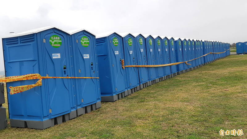 阿妹台東跨年演唱會周邊的流動公廁相當壯觀。(記者黃明堂攝)
