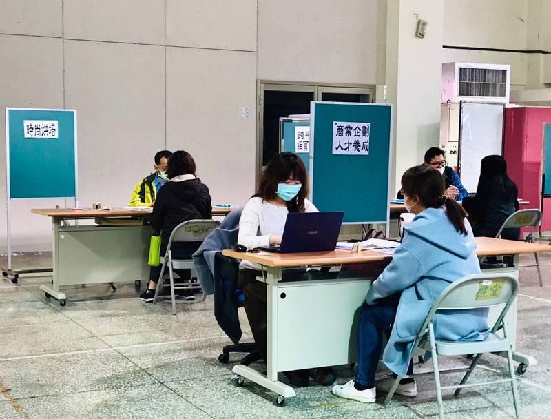 台北市職能發展學院針對失業、待業者,祭出免費進修機會,培養第二專長。(台北市勞動局提供)