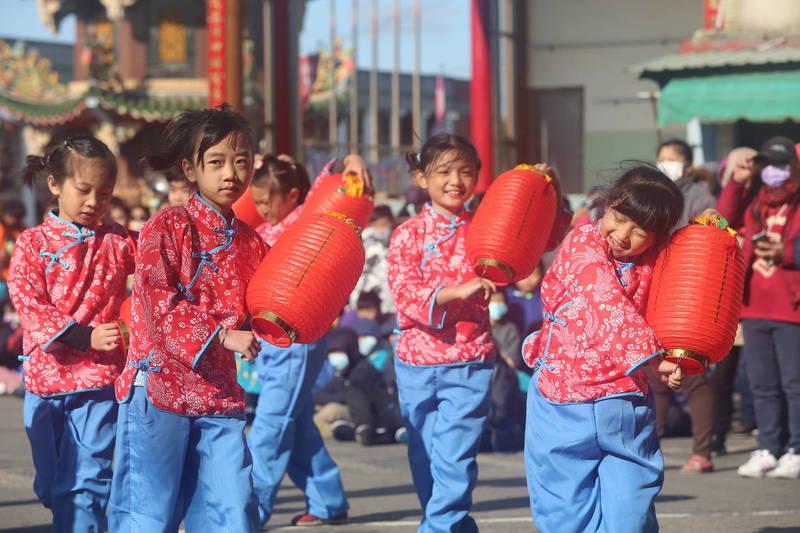 龍峰國小、四箴國中兩校慶祝校慶,各學生社團上午在永順宮前接力熱情演出。(龍峰國小提供)