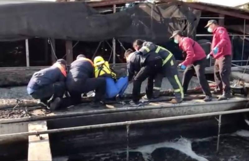 彰化二林一畜牧場發生員工跌落化糞池意外,搜救人員嘗試將員工從黏稠的汙水處理槽中救起。(民眾提供)