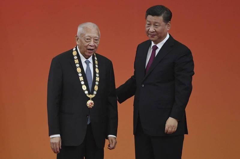 「中美交流基金會」創立人、現年82歲的香港前特首董建華(左),去年9月獲習近平(右)頒「一國兩制傑出貢獻者」稱號,也是香港唯一獲授勳的代表。(美聯社)