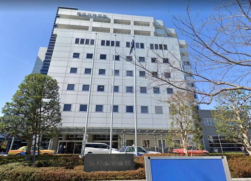 日本昭和大學病院的從業人員透露,東京日前有超過70位的感染武肺長者無法入院治療,床位吃緊。(圖為昭和大學病院,擷自Google Maps)