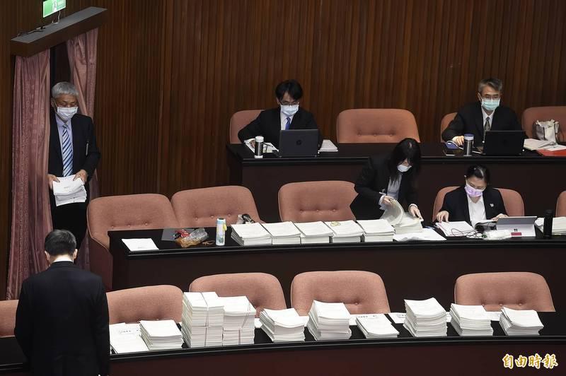 立法院院會今三讀通過「行政程序法第128條條文修正案」,放寬且明定發現「新證據」的範圍。(記者陳志曲攝)