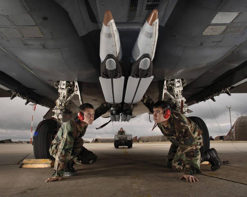 美國國務院批准對沙烏地阿拉伯出售3000枚GBU-39小直徑炸彈。圖為搭載於F-15E「打擊鷹」戰機機腹的GBU-39炸彈。(美聯社)