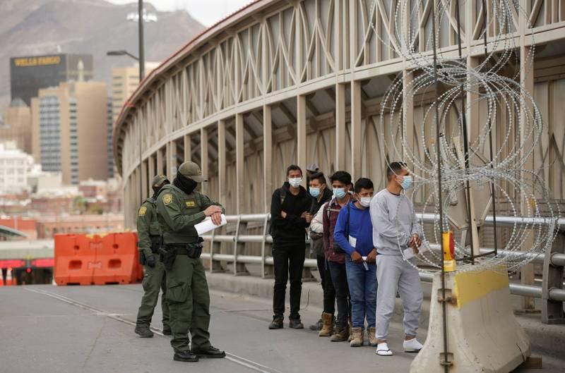 古巴移民人口29日晚間聚集在墨西哥抗議,希望能獲准入境美國尋求庇護,圖為美國遣返移民畫面。(路透資料照)