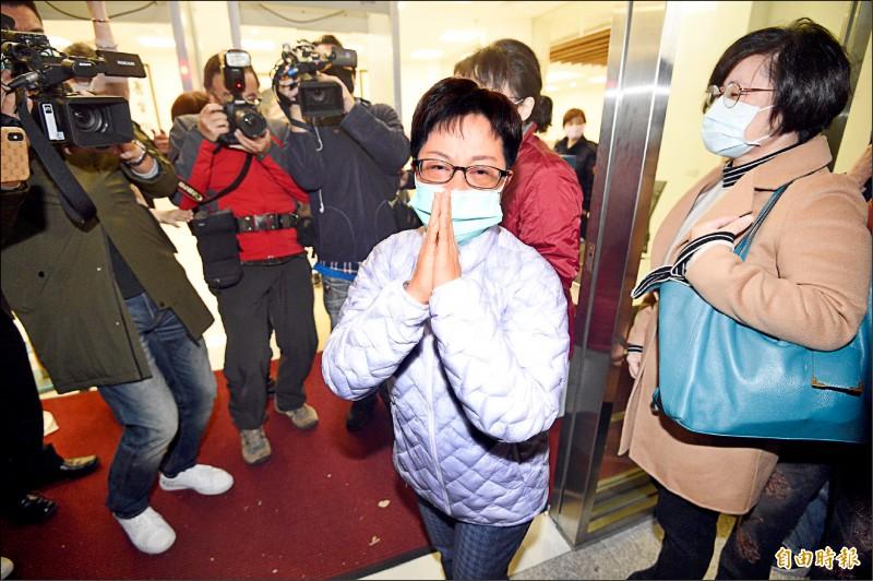 因涉貪判刑七年六個月的前台北市議員賴素如,昨一早前往北檢報到發監執行。(記者叢昌瑾攝)