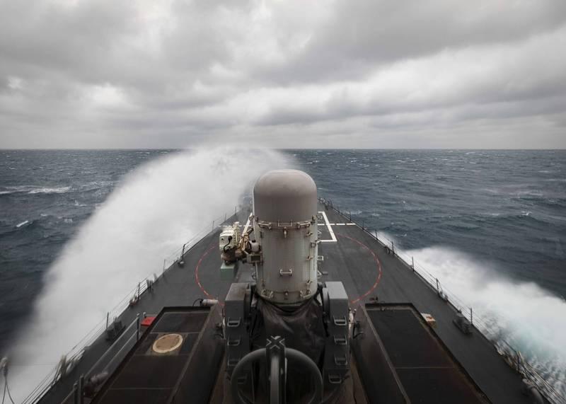 美國海軍飛彈驅逐艦「麥肯號」在台灣海峽進行例行演練。(圖擷取自美國海軍第七艦隊官網)