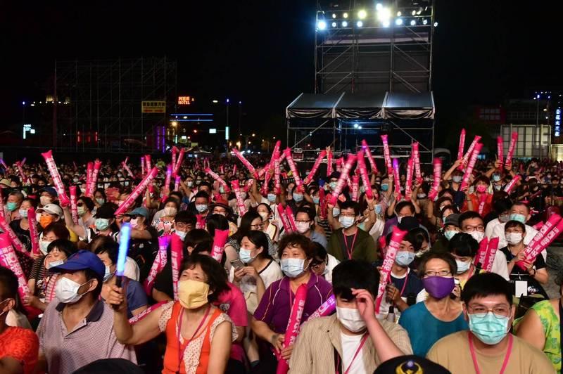 花蓮縣政府今晚跨年晚會照常舉行,但要求參加民眾全程戴口罩,圖為今年花蓮夏戀嘉年華演唱會,也是一樣要求民眾帶口罩。(花蓮縣政府提供)