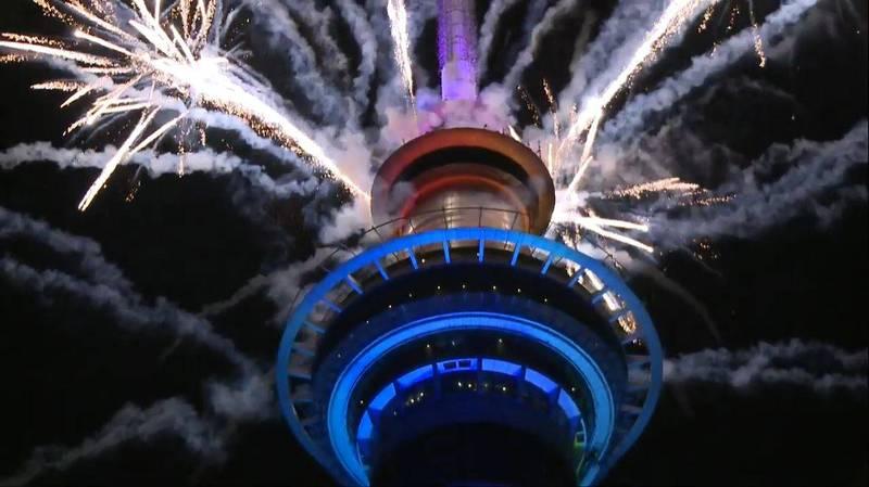 奧克蘭天空塔煙火齊發喜迎2021年。(圖擷取自「1 NEWS」youtube頻道)