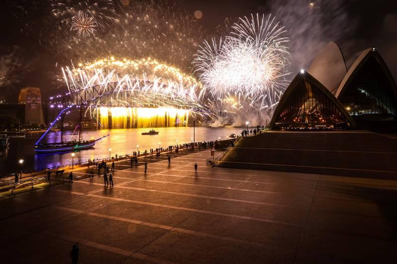 雪梨歌劇院與港灣大橋跨年海上煙火秀登場,往常總是人山人海碼頭及沿海地區,受到禁令影響,今晚卻人煙稀少。(法新社)