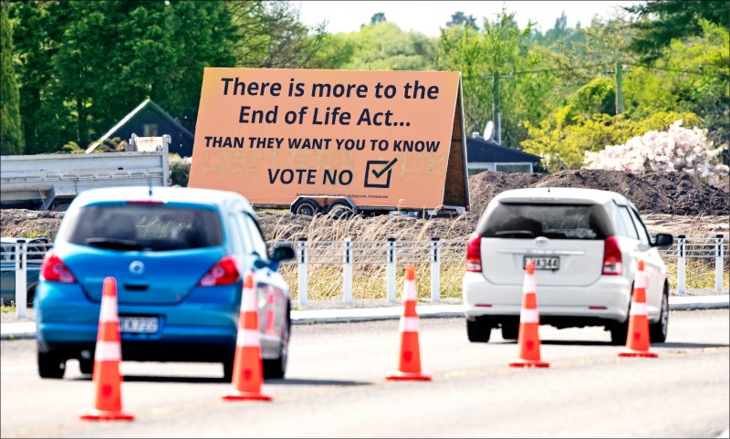 2020年10月16日,紐西蘭大選綁公投投票前夕,南島大城基督城街頭出現一面反對絕症病患可合法安樂死的看板。(美聯社)