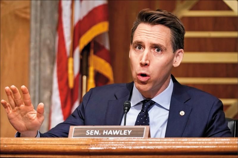 美國共和黨籍聯邦眾議員霍利表示,將挑戰一月六日國會認證選舉人票的程序,疑似企圖翻轉大選結果。圖為霍利去年十二月中旬在參院的一場聽證上發言。(美聯社)