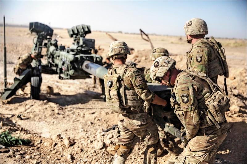 據傳美國總統川普日前接獲情資,指稱中國企圖買兇攻擊派駐阿富汗的美軍。圖為二○一七年六月駐阿富汗美軍在一處機場陣地搬運榴彈砲。(美聯社)
