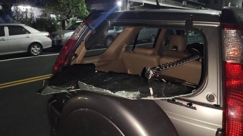 陳男將休旅車停在家門前,後車窗疑遭3名去聽阿妹演唱會的年輕人隨機破壞。(陳男提供)
