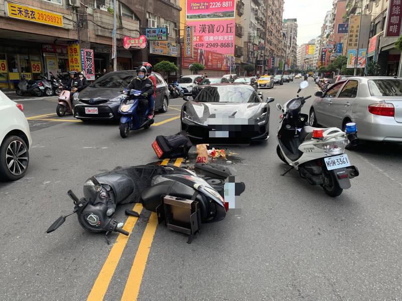 黃男駕駛法拉利超跑至永貞路,疾行過程煞不住車,將外送員撞倒在地,薯條、飲料等全部灑在路上。(記者闕敬倫翻攝)