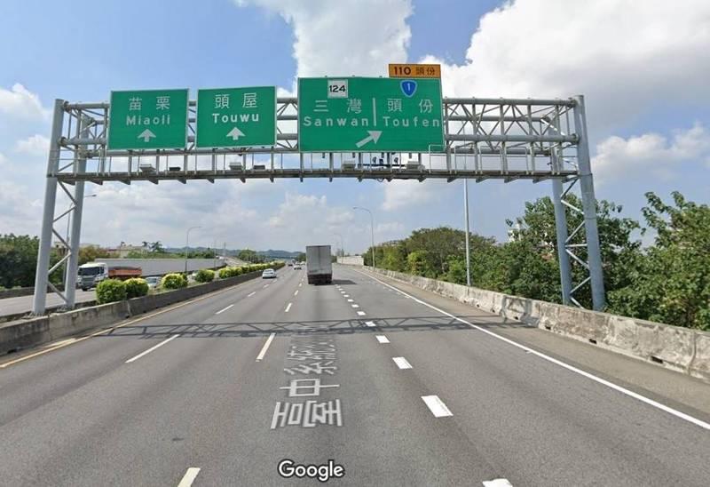 葉女開車從國道1號下頭份交流道,於外側車道變換到出口減速車道,及由出口減速車道再變換至出口減速右側車道時,未打方向燈,被其他用路人截取行車紀錄器影像檢舉,被連續開罰。(翻攝Google街景)